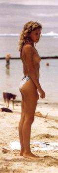 Молодая Кайли Миноуг отдыхает топлесс на пляже фото #1