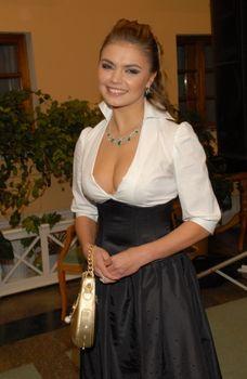 Пышногрудая Алина Кабаева с шикарным декольте фото #7