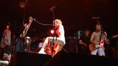 Горячая Алиса Вокс полностью разделась на сцене во время концерта «Ленинград» фото #3