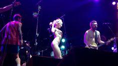 Горячая Алиса Вокс полностью разделась на сцене во время концерта «Ленинград» фото #6