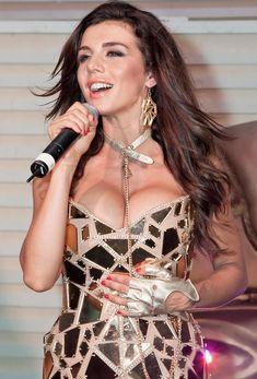 Большая грудь Анны Седоковой в сексуальном наряде на сцене фото #1