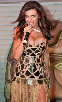 Большая грудь Анны Седоковой в сексуальном наряде на сцене фото #2