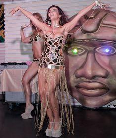 Большая грудь Анны Седоковой в сексуальном наряде на сцене фото #4