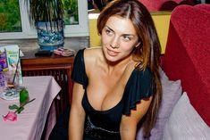 Красивая Анна Седокова с глубоким декольте позирует на камеру фото #1