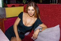 Красивая Анна Седокова с глубоким декольте позирует на камеру фото #2