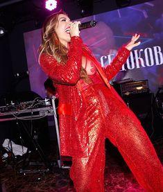 Горячая Анна Седокова засветила грудь на концерте фото #1