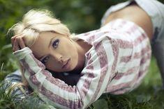 Соблазнительная Карина Зверева позирует с голой грудью фото #6