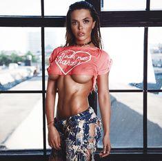 Шикарная грудь Карины Зверевой в откровенном наряде фото #1