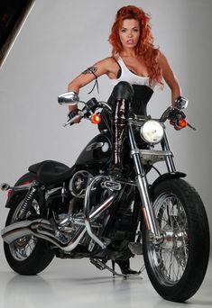 Горячая красотка Карина Зверева в эротической фотосессии с мотоциклом фото #1