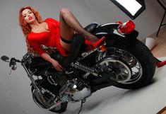 Горячая красотка Карина Зверева в эротической фотосессии с мотоциклом фото #4