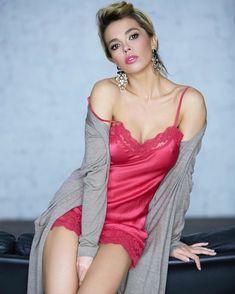 Красивая Карина Зверева в эротическом наряде позирует на камеру фото #1