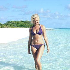 Красотка Карина Зверева в бикини на пляже фото #6
