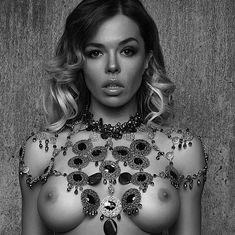 Голая грудь Карины Зверевой на фото из журнала Maxim фото #1