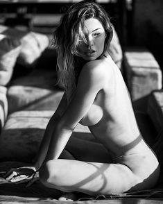 Голая грудь Карины Зверевой на фото из журнала Maxim фото #2