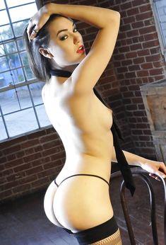 Заводная Саша Грей в сексуальных трусиках ласкает себя фото #7