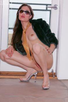 Прелестная Саша Грей демонстрирует себя голышом под мягкой шубой фото #12
