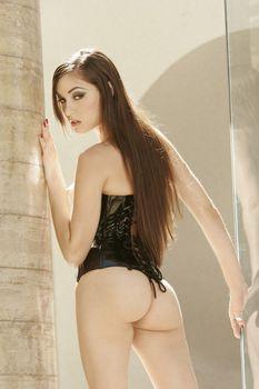 Страстная Саша Грей разделась догола для эротической фотосессии фото #12