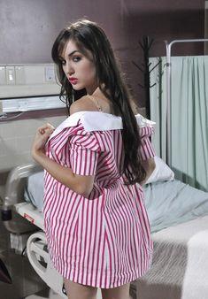 Эротичная Саша Грей полностью разделась в больничных стенах фото #4