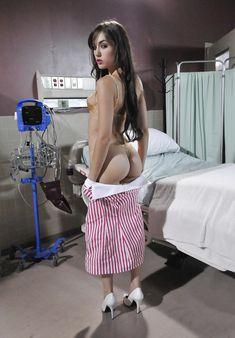 Эротичная Саша Грей полностью разделась в больничных стенах фото #6