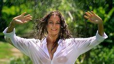 Сексуальная Оксана Федорова засветила грудь в мокрой рубашке для клипа «Из-за тебя» фото #2