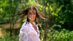 Сексуальная Оксана Федорова засветила грудь в мокрой рубашке для клипа «Из-за тебя» фото #9