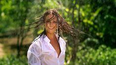 Сексуальная Оксана Федорова засветила грудь в мокрой рубашке для клипа «Из-за тебя» фото #10