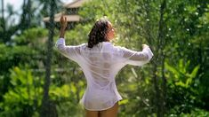 Сексуальная Оксана Федорова засветила грудь в мокрой рубашке для клипа «Из-за тебя» фото #14