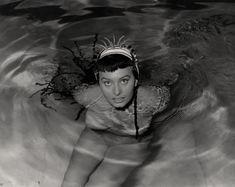 Горячая Софи Лорен оголила грудь под водой в фильме Two Nights with Cleopatra фото #2