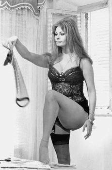 Сексуальная Софи Лорен в эротическом нижнем белье фото #8