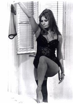 Сексуальная Софи Лорен в эротическом нижнем белье фото #18