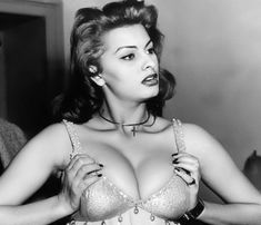 Пышная грудь Софи Лорен на старом фото фото #1