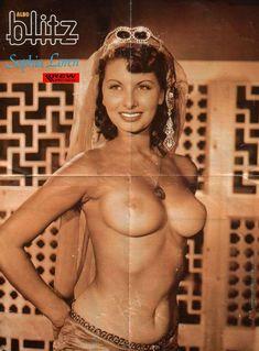 Пышногрудая Софи Лорен позирует топлесс для фото фото #1