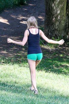 Аккуратная попка Тейлор Свифт в коротких шортах в Голливуде фото #8