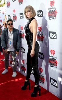 Возбуждающий наряд Тейлор Свифт на iHeartRadio Music Awards фото #2