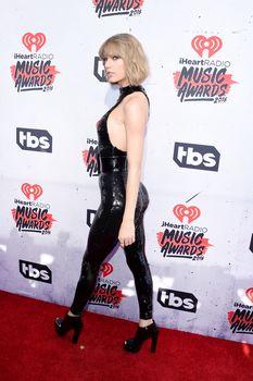 Возбуждающий наряд Тейлор Свифт на iHeartRadio Music Awards фото #3
