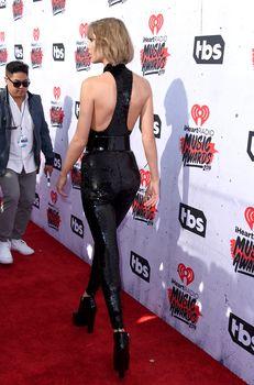Возбуждающий наряд Тейлор Свифт на iHeartRadio Music Awards фото #4