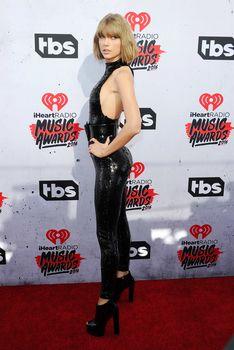 Возбуждающий наряд Тейлор Свифт на iHeartRadio Music Awards фото #8