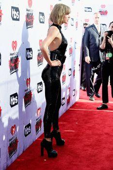 Возбуждающий наряд Тейлор Свифт на iHeartRadio Music Awards фото #9