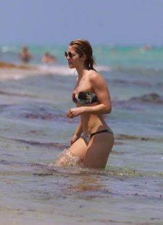 Красотка Эмили Бетт Рикардс в ярком бикини на Майами фото #6