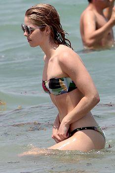 Красотка Эмили Бетт Рикардс в ярком бикини на Майами фото #7