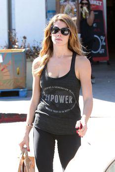 Торчащие соски Эшли Грин во время прогулки в Лос-Анджелесе фото #3