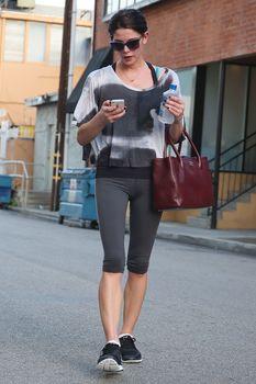 Фигуристая Эшли Грин с влажной зоной бикини в Лос-Анджелесе фото #3