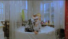 Горячая Маша Малиновская засветила голую грудь в фильме «Боксеры предпочитают блондинок» фото #4