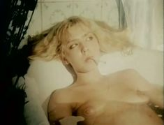 Полностью голая Александра Колкунова в фильме «Болотная street, или Средство против секса» фото #8