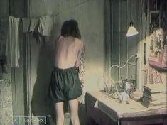 Анжелика Неволина оголила грудь и попу в фильме «Виктория» фото #4