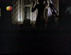 Ирина Розанова немного засветила грудь в фильме «Единожды солгав» фото #2