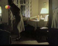 Ирина Розанова немного засветила грудь в фильме «Единожды солгав» фото #6