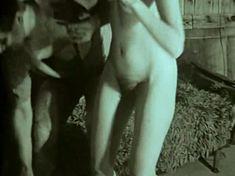 Полностью голая Наталья Суркова в фильме «Клоунада» фото #3