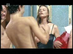 Красотка Екатерина Стриженова оголила грудь в фильме «Купание принцев» фото #5