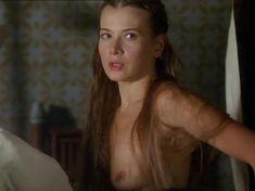 Юлия Высоцкая оголила грудь в фильме «Лев зимой» фото #3